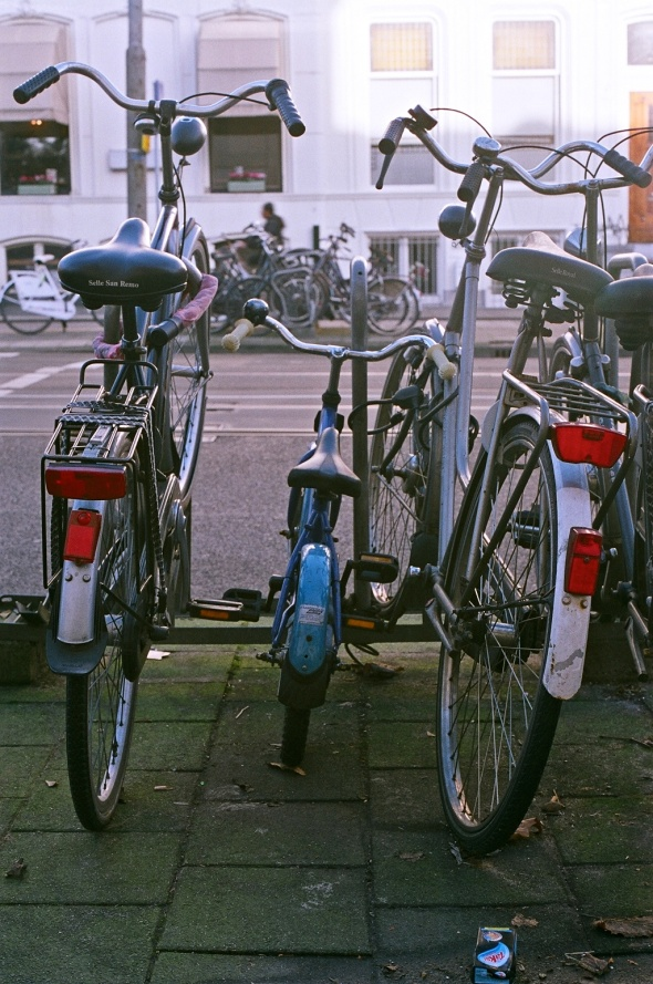 A blue children's bike in Amsterdam by Ayolt